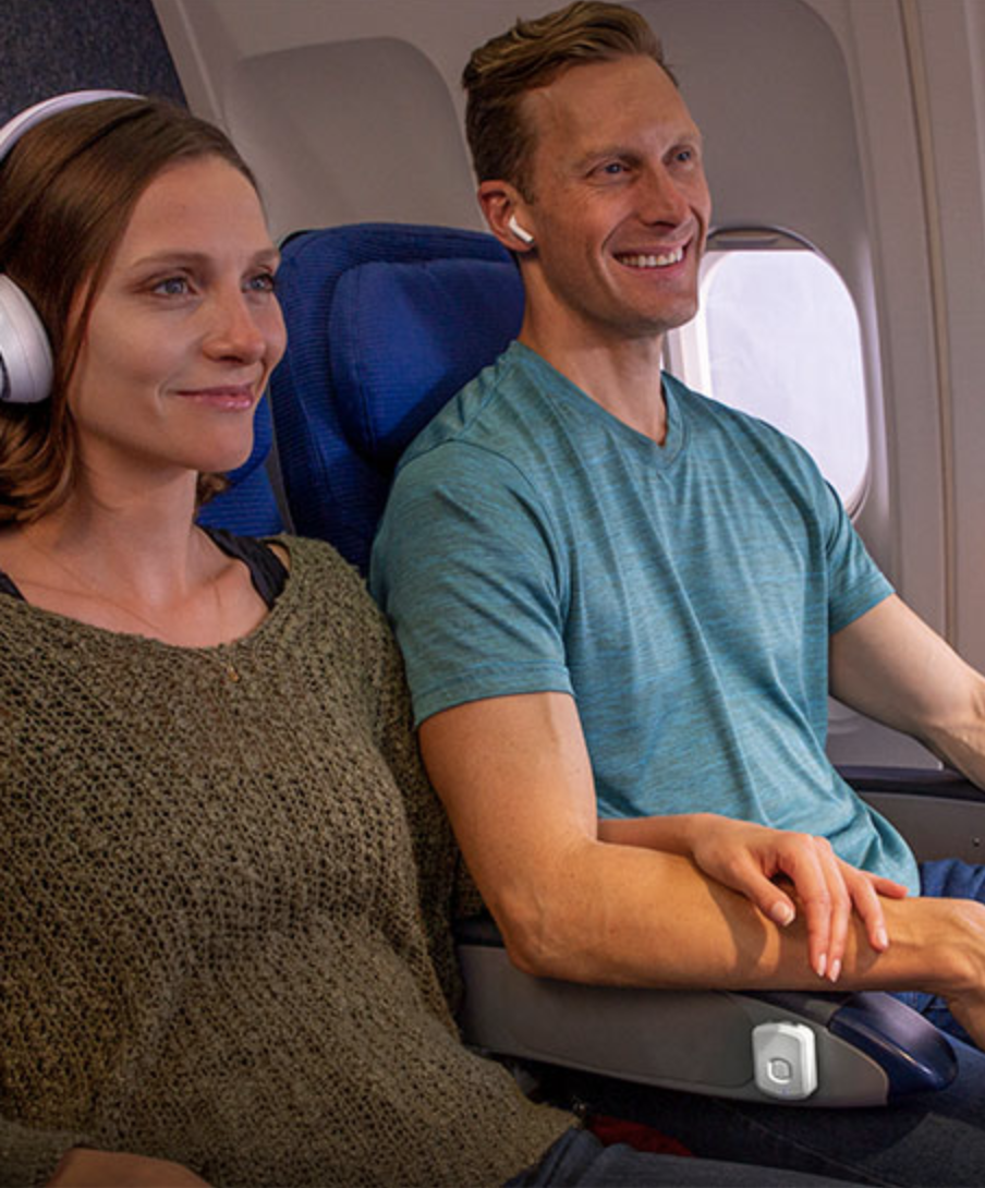 couple uses flytunes on airplane